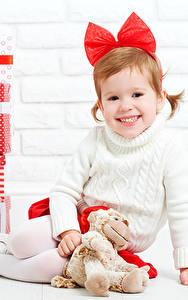 Hintergrundbilder Neujahr Teddybär Kleine Mädchen Geschenke Lächeln Schleife Kinder