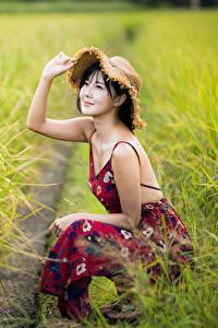 Hintergrundbilder Asiaten Acker Unscharfer Hintergrund Sitzt Kleid Hand Der Hut Lächeln junge frau