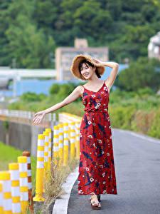 Fotos Asiaten Posiert Kleid Der Hut Unscharfer Hintergrund junge frau