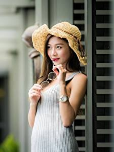 Bilder Asiatische Bokeh Der Hut Hand Brille junge Frauen
