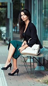 Hintergrundbilder Handtasche Brünette Bank (Möbel) Sitzend Bein High Heels junge frau