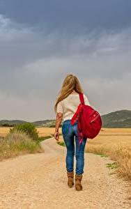 Bilder Wege Gras Blondine Spaziergang Bein Jeans Rucksack Hinten junge frau