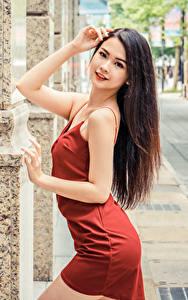 Hintergrundbilder Asiaten Posiert Kleid Hand Haar Braune Haare Starren junge frau