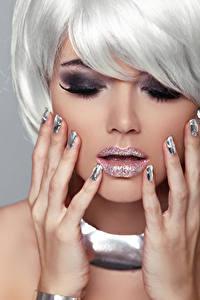 Fotos Grauer Hintergrund Blondine Make Up Hand Maniküre junge frau