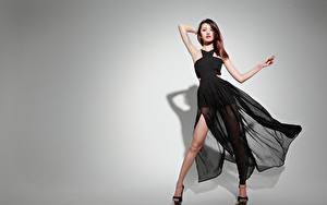 Bilder Asiatische Grauer Hintergrund Braune Haare Kleid Pose junge frau