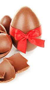 Bilder Feiertage Ostern Schokolade Weißer hintergrund Ei Schleife das Essen