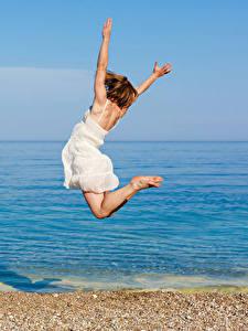 壁纸、、海岸、茶色の髪の女性、飛び、ドレス、手、、