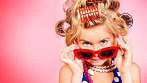 Bilder Finger Schmuck Farbigen hintergrund Kleine Mädchen Model Brille Starren Glamour Kinder