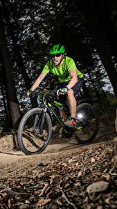 Hintergrundbilder Mann Fahrrad Helm Bäume Schreien sportliches