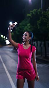 Hintergrundbilder Brünette Nacht Smartphones Lächeln Unterhemd Selfie junge frau Sport