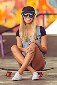 Bilder Skateboard Blond Mädchen Lächeln Brille Baseballcap Sitzend Bein Mädchens