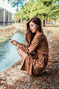 Hintergrundbilder Asiaten Braunhaarige Kleid Sitzend Kanal Mädchens