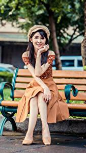 Bilder Asiaten Bank (Möbel) Sitzend Rock Barett Braunhaarige Starren Mädchens