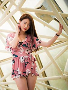 Hintergrundbilder Asiatische Bokeh Kleid Hand Braune Haare Haar Starren Schön Mädchens
