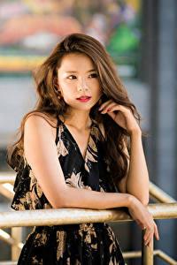 Fotos Asiaten Unscharfer Hintergrund Kleid Hand Braune Haare Haar Starren junge frau