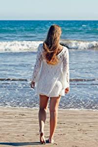 Fotos Meer Wasserwelle Strand Sand Braune Haare Hinten Bein junge frau