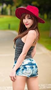 Hintergrundbilder Asiaten Unscharfer Hintergrund Der Hut Starren Hand Shorts Posiert junge frau