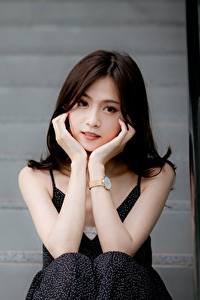 Desktop hintergrundbilder Asiatische Bokeh Brünette Starren Hand Sitzend Mädchens