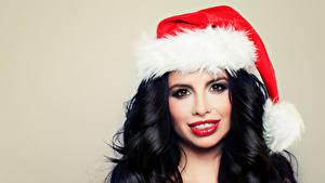 Hintergrundbilder Neujahr Farbigen hintergrund Brünette Mütze Blick Haar Rote Lippen