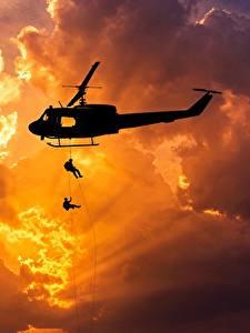 Hintergrundbilder Hubschrauber Sonnenaufgänge und Sonnenuntergänge Landetruppen Silhouette Lichtstrahl Wolke Amerikanisches Bell UH-1 Iroquois Luftfahrt Heer
