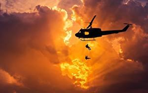 Hintergrundbilder Hubschrauber Sonnenaufgänge und Sonnenuntergänge Landetruppen Silhouette Lichtstrahl Wolke Amerikanisches Bell UH-1 Iroquois Heer