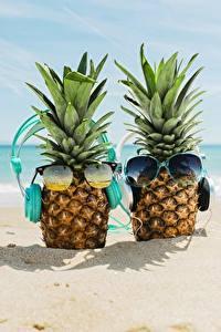 Hintergrundbilder Ananas Meer Brille Kopfhörer Strand Sand Lebensmittel