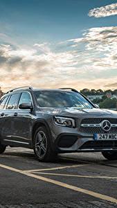 Fotos Mercedes-Benz Gebäude Asphalt Grau Metallisch Crossover GLB 220 d 4MATIC, X247, 2020 Autos