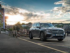 Bureaubladachtergronden Mercedes-Benz Gebouwen Asfalt Grijs Metallic Cross-over auto GLB 220 d 4MATIC, X247, 2020 Auto