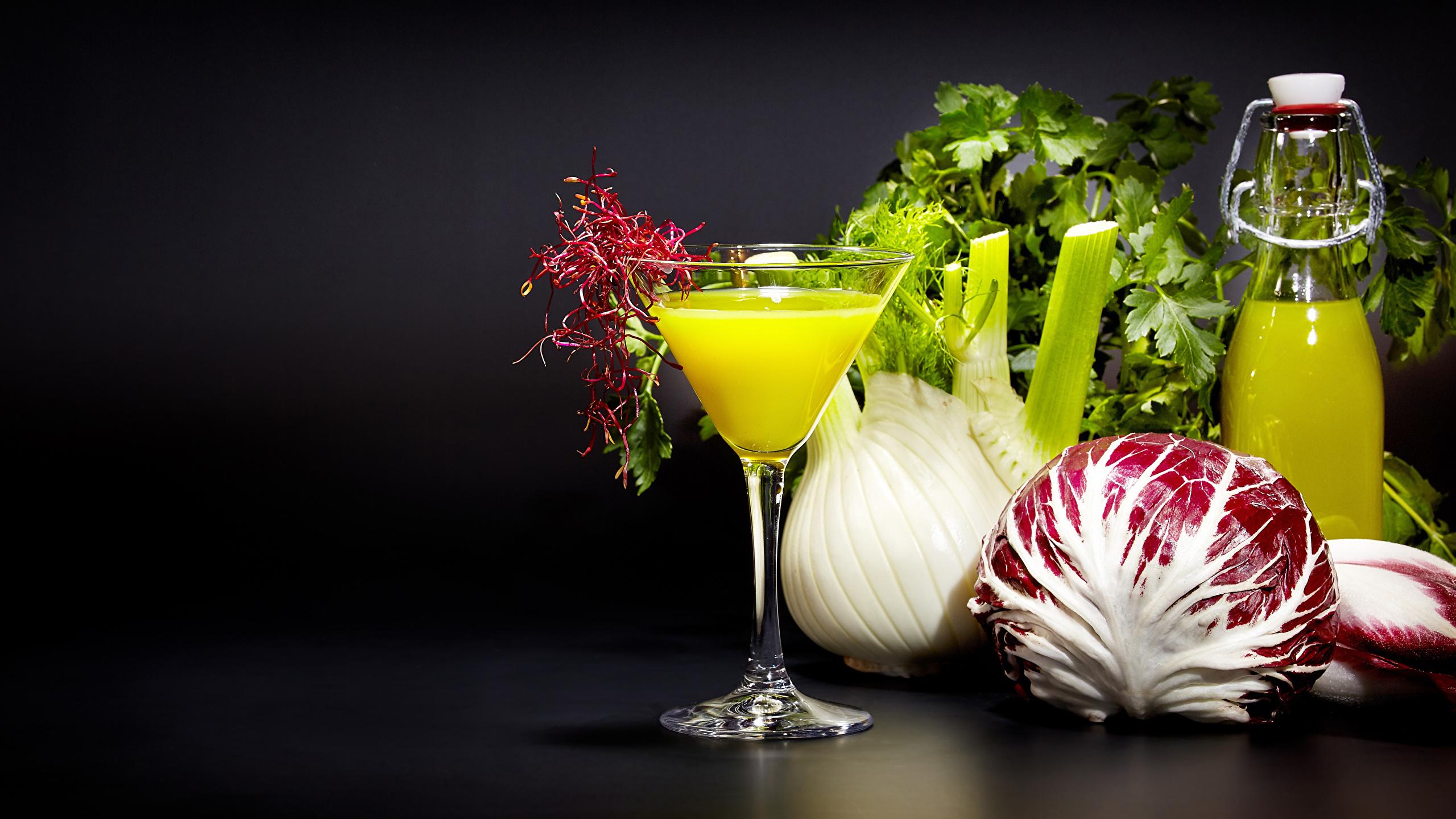 Foto Saft Gemüse flaschen Weinglas Lebensmittel 2560x1440 Fruchtsaft Flasche