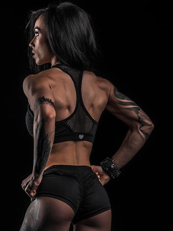 Bilder Gesäß Tätowierung Pose Rücken Fitness Sport junge Frauen Shorts Hinten Schwarzer Hintergrund 600x800 für Handy posiert Mädchens junge frau sportliches