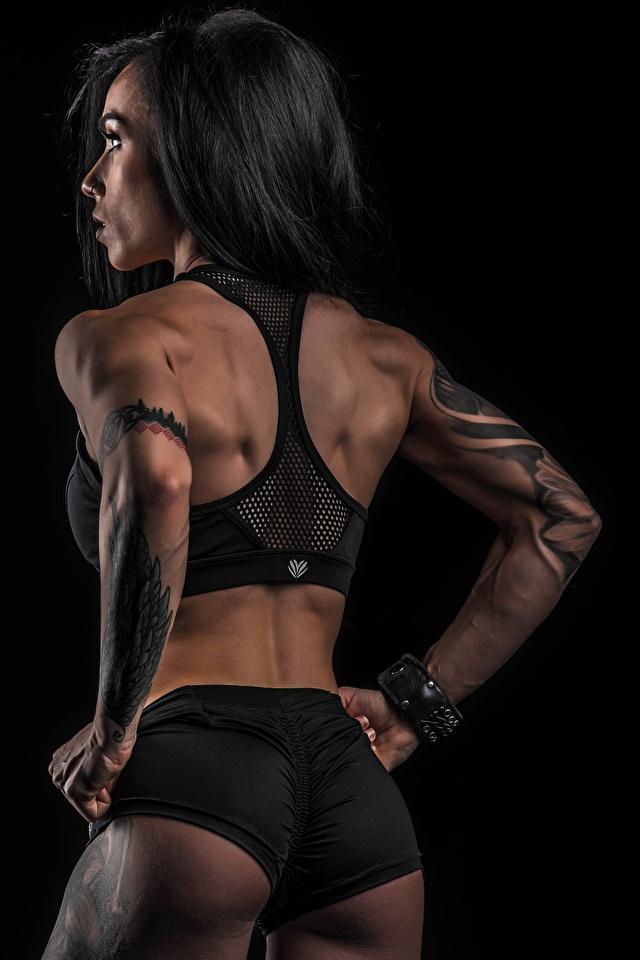 Bilder Gesäß Tätowierung Pose Rücken Fitness Sport junge Frauen Shorts Hinten Schwarzer Hintergrund 640x960 für Handy posiert Mädchens junge frau sportliches
