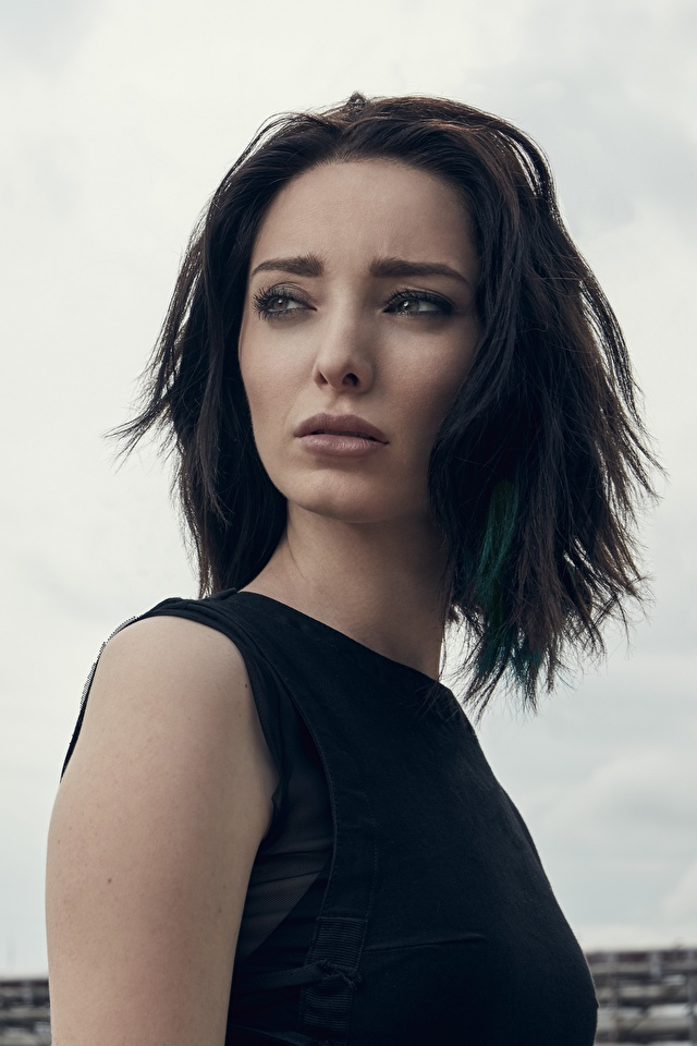 Perda hold Emma_Dumont_The_Gifted_Glance_Brunette_girl_563144_640x960