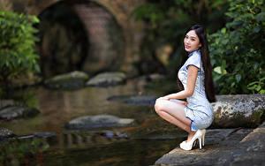Desktop hintergrundbilder Asiatisches Posiert Sitzt Kleid Bokeh Stöckelschuh Mädchens