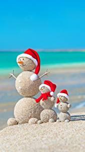 Desktop hintergrundbilder Kreative Neujahr Sommer Meer Schneemänner Sand Strände Mütze Kugeln Natur