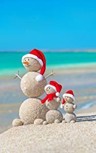 Hintergrundbilder Kreative Neujahr Sommer Meer Schneemänner Sand Strände Mütze Kugeln Natur