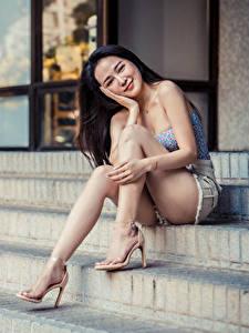 Hintergrundbilder Asiatische Treppen Sitzend Lächeln Bein Blick Mädchens