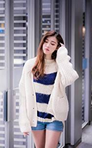 Hintergrundbilder Asiaten Shorts Sweatshirt Hand Braune Haare Niedlich junge frau