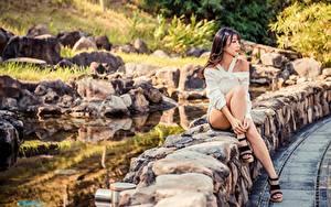 Fotos Asiatische Stein Unscharfer Hintergrund Braune Haare Hand Bein Stöckelschuh Sitzen Mädchens