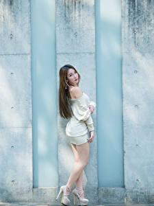 Fotos Asiaten Mauer Braunhaarige Pose Kleid Bein Stöckelschuh Mädchens