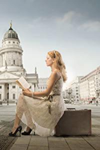 Bakgrunnsbilder Et torg Koffert en bok Blond jente Kjole Sitter Leser Unge_kvinner