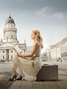 Fotos Platz Koffer Buch Blond Mädchen Kleid Sitzt Lesen