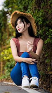 Bilder Asiatisches Der Hut Sitzen Jeans Bokeh Brünette