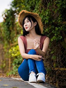 Bilder Asiatisches Der Hut Sitzen Jeans Bokeh Brünette Mädchens