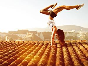 Fotos Gymnastik Braunhaarige Dach Körperliche Aktivität Mädchens