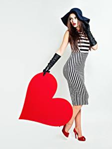 Fotos Valentinstag Herz Der Hut Kleid Handschuh Grauer Hintergrund Mädchens