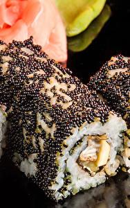 Fotos Meeresfrüchte Sushi Großansicht Rogen Reis Schwarzer Hintergrund das Essen