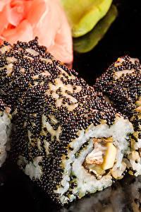 Fotos Meeresfrüchte Sushi Großansicht Rogen Reis Schwarzer Hintergrund