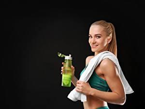 Bilder Fitness Flasche Schwarzer Hintergrund Lächeln Sport Mädchens