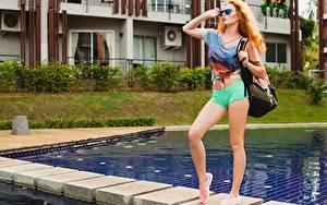 Bilder Handtasche Rotschopf Schwimmbecken Pose Bein Shorts Brille Starren Mädchens