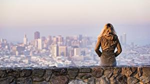 Hintergrundbilder Blondine Jacke Hinten Sitzend Einsames Mädchens Städte